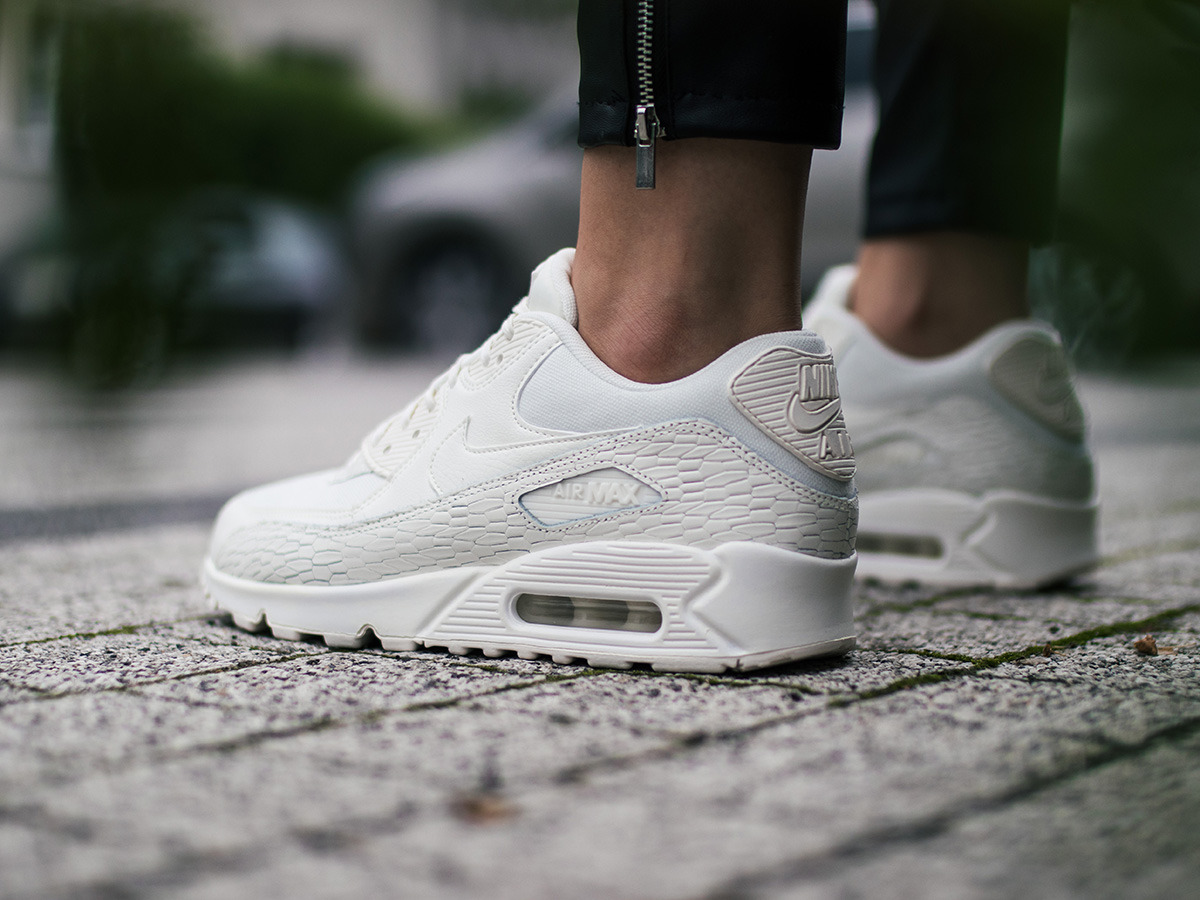 7a8a1e59 ... Женские кроссовки Nike Air Max 90 Premium Leather 904535 100 ...